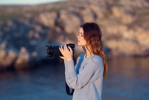 Mulher fotógrafa ao ar livre paisagem viagem modelo de férias