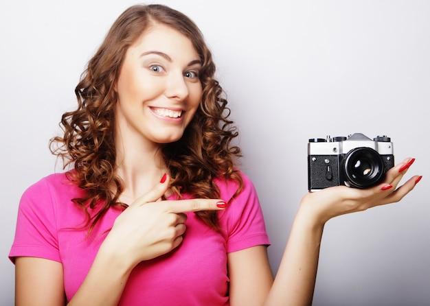 Mulher fotógrafa gostosa com câmera velha
