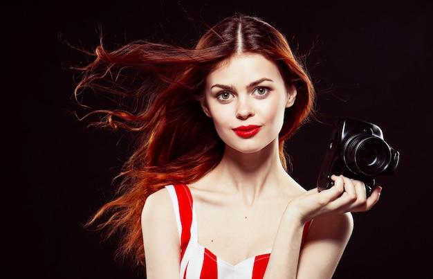 Mulher fotógrafa, linda mulher tira fotos com a câmera