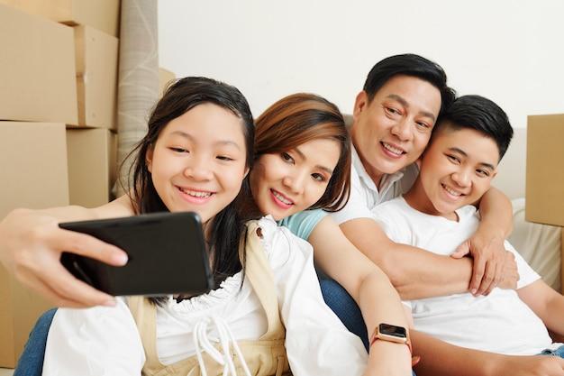 Mulher fotografando com a família