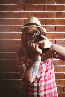 Mulher fotografando de câmera vintage