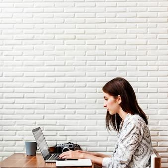 Mulher, fotógrafo, conexão, laptop, trabalhando, conceito