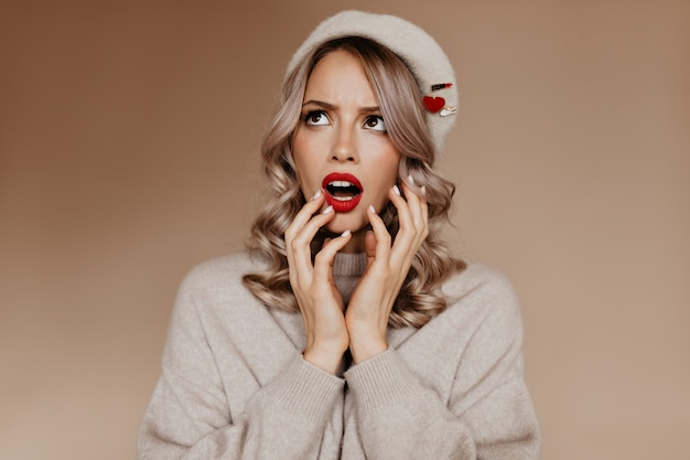 Mulher francesa com cachos perfeitos expressando espanto