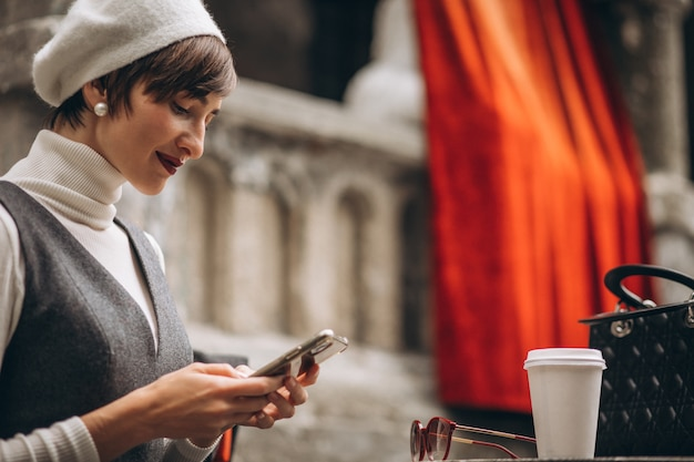 Mulher francesa tomando café em um café no terraço