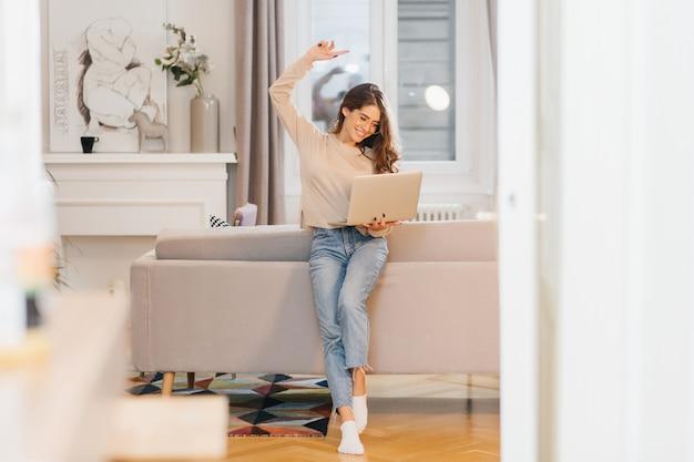 Mulher freelancer satisfeita pelo projeto de sucesso