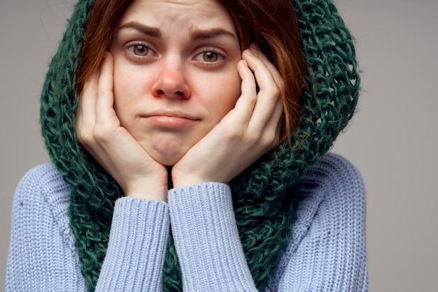 Mulher fria com nariz vermelho desordem fundo claro