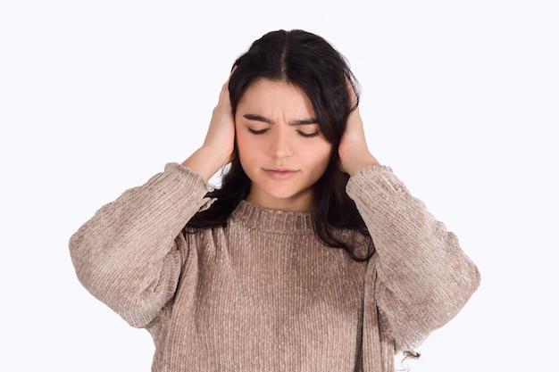 Mulher frustrada, cobrindo as orelhas dela.