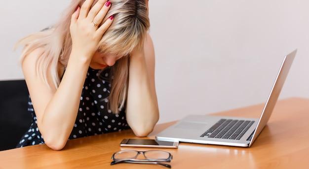 Mulher frustrada e estressada em seu laptop