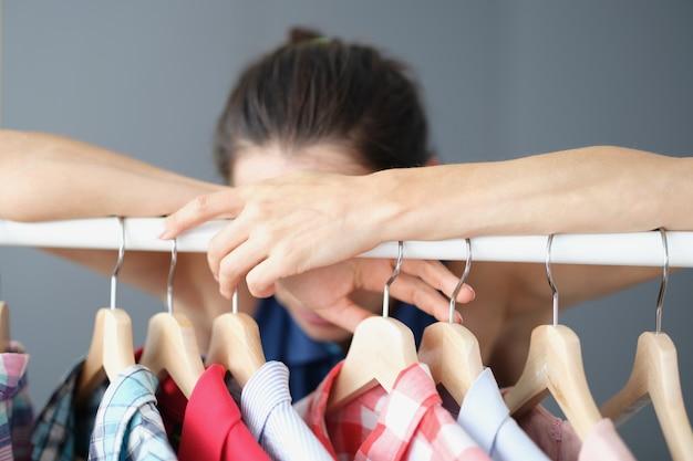 Mulher frustrada não consegue escolher roupas no guarda-roupa mudança de imagem e escolha de roupas