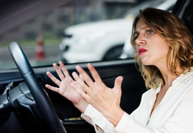 Mulher frustrada preso no trânsito