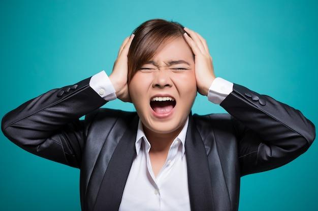 Mulher furiosa gritando