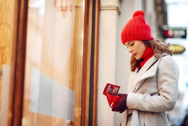 Mulher gastou todo o seu dinheiro durante as compras de inverno