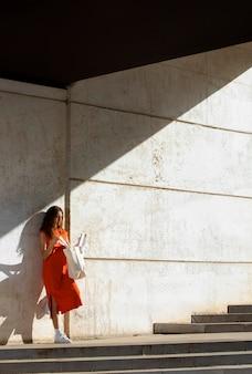 Mulher gengibre em um ambiente urbano limpo