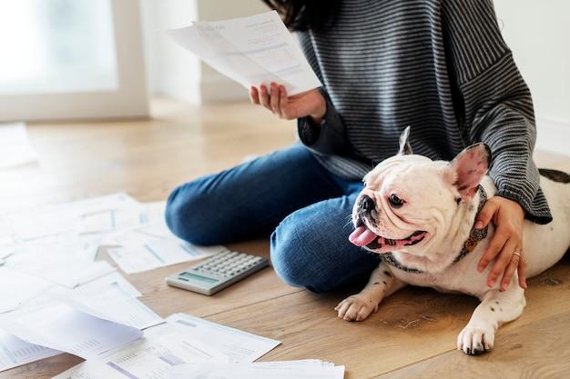 Mulher gerenciando a dívida