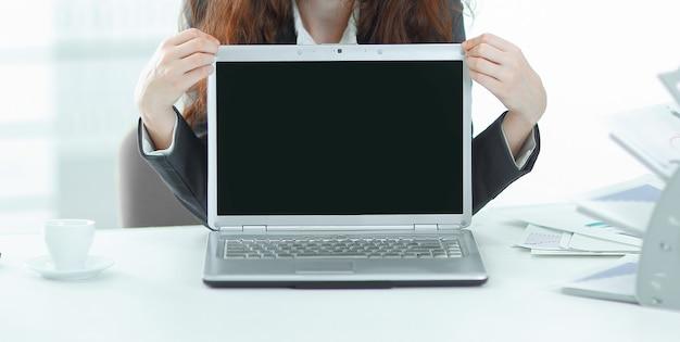 Mulher gerente está se apresentando em um laptop. foto com espaço de cópia