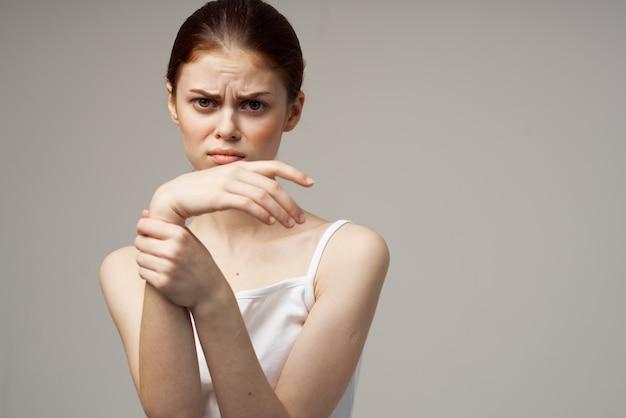 Mulher gesticulando com as mãos em uma visão recortada de modelo de camiseta branca e clara