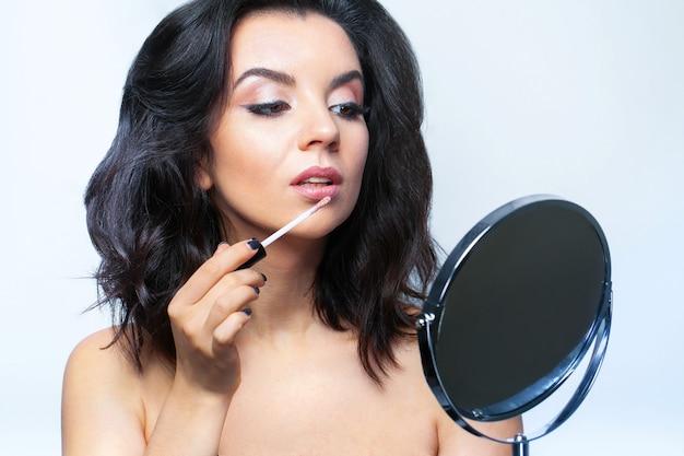 Mulher glamourosa com maquiagem