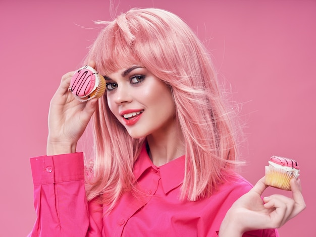 Mulher glamourosa modelo de doces de bolos de cabelo rosa