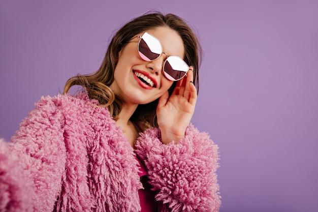 Mulher glamourosa posando de óculos brilhantes