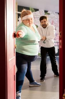 Mulher gorda escapando do treinamento