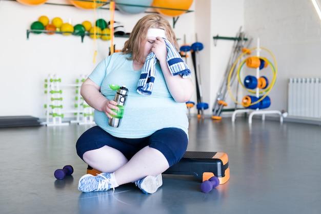 Mulher gorda exausta após treino