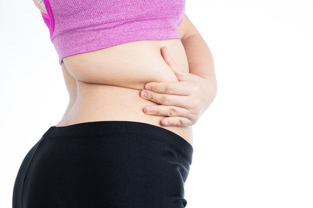 Mulher gorda segurando a parte inferior das costas da barriga gorda excessiva, barriga gorda com excesso de peso isolada sobre fundo branco. estilo de vida de dieta, perda de peso, músculo do estômago, conceito saudável.