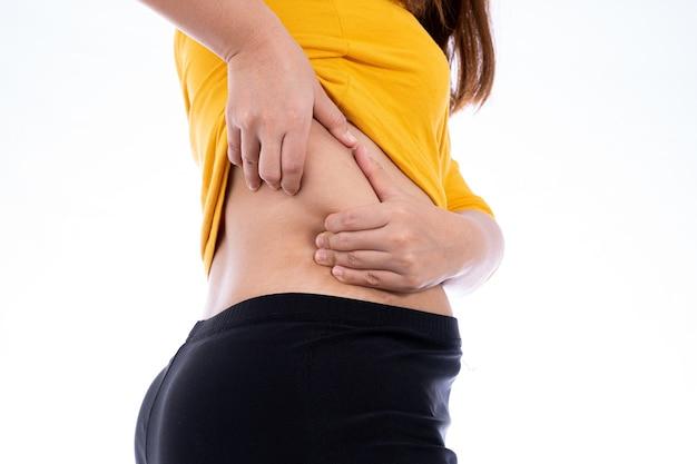 Mulher gorda segurando um fundo branco excessivo na parte inferior das costas