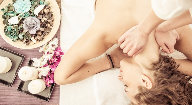 Mulher gosta de massagem no salão spa