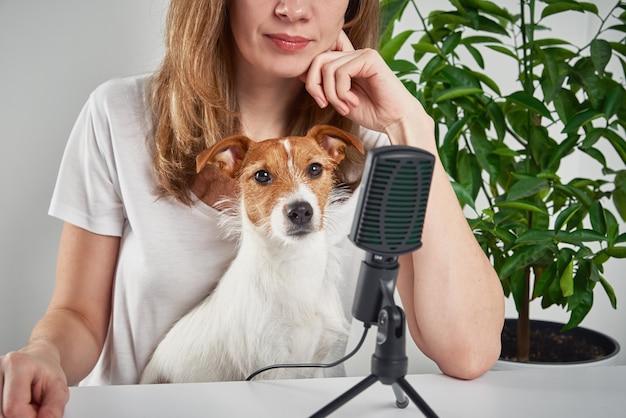 Mulher gravando podcast com cachorro