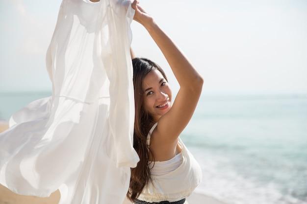 Mulher gravida asiática que aprecia a natureza com braços abertos