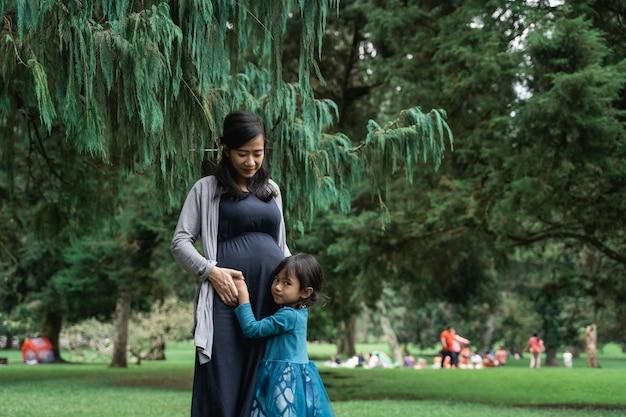 Mulher grávida com a filha