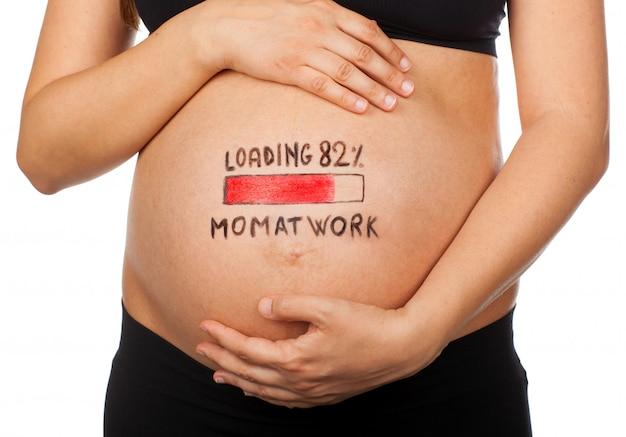 Mulher gravida com conceito do carregamento, mamã no trabalho.