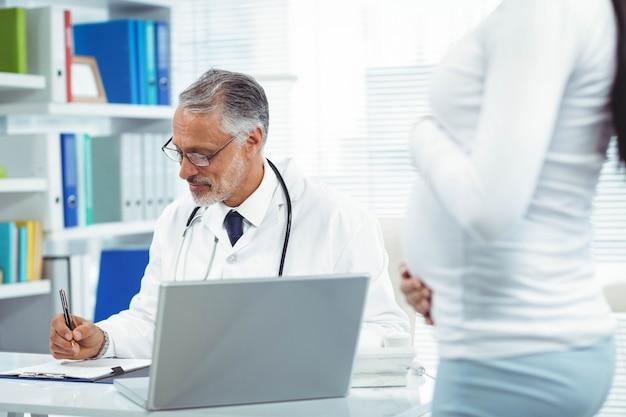 Mulher grávida, com, doutor, em, clínica, durante, exame saúde