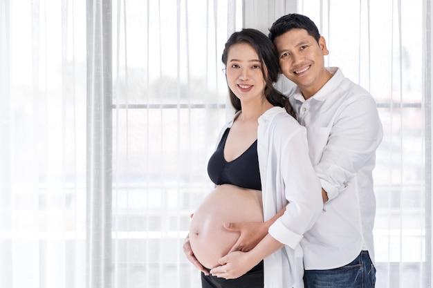 Mulher grávida, com, marido, com, janela, fundo