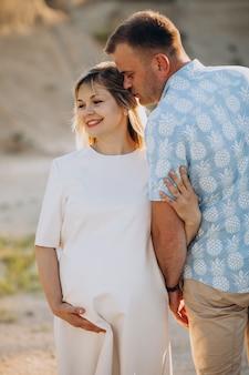 Mulher grávida com o marido no parque