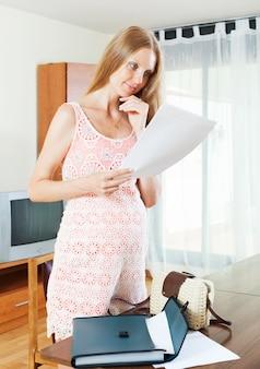 Mulher gravida com papel