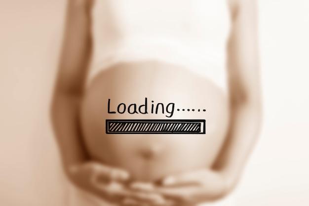 Mulher gravida com um cartaz