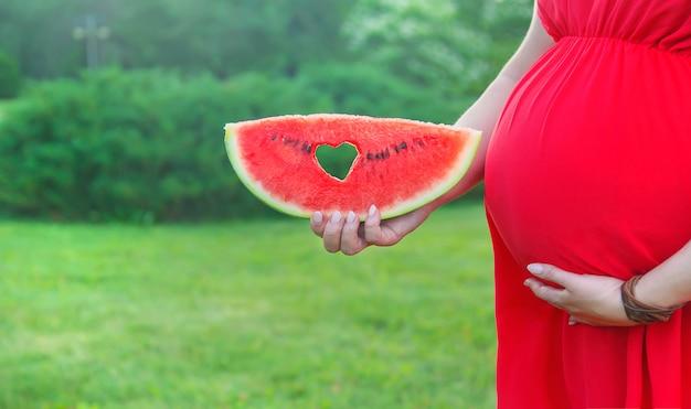 Mulher grávida com uma melancia