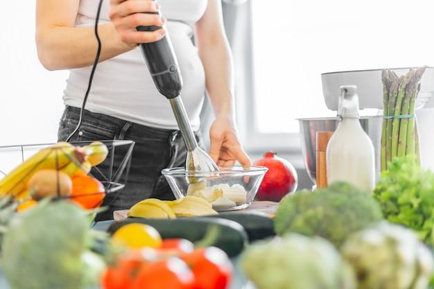 Mulher grávida, cozinhar, saudável, smoothie