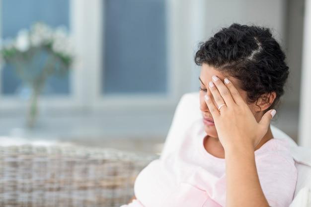 Mulher grávida deprimida em casa