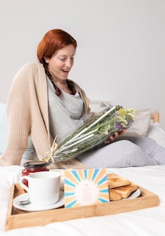 Mulher gravida do retrato surpreendida em casa