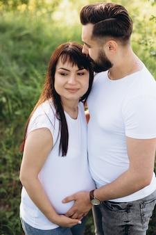 Mulher grávida, e, dela, beaeded, marido, abraçando, ligado, a, barriga, junto, em, natureza, ao ar livre