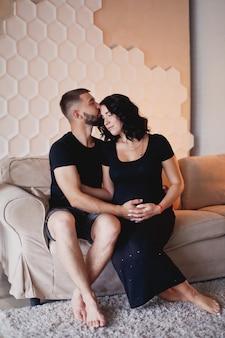 Mulher grávida e seu marido em casa