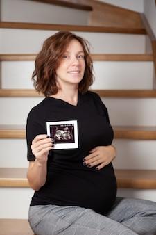 Mulher gravida e sua ecografia do bebê