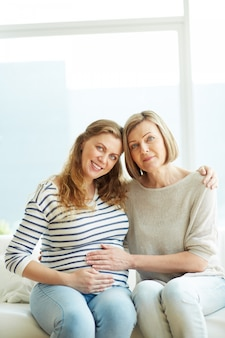 Mulher gravida em casa