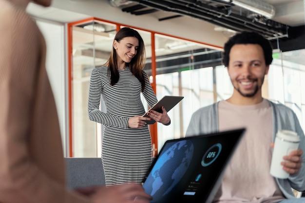 Mulher grávida em reunião de negócios Foto gratuita