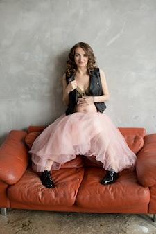 Mulher grávida em saia rosa