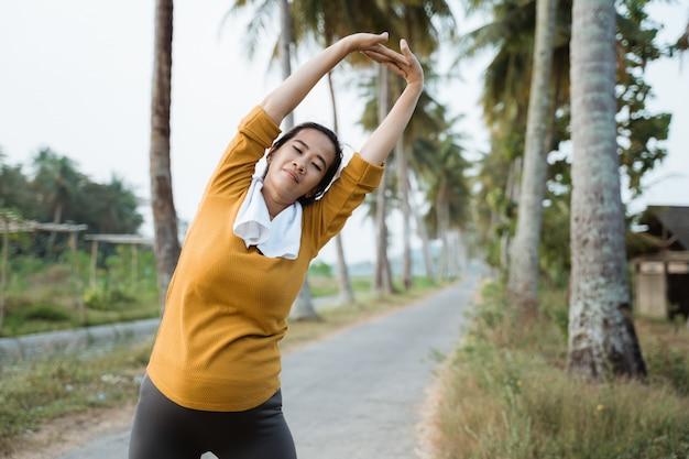 Mulher grávida em seu treino de trimestre ao ar livre