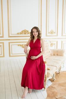 Mulher grávida em vermelho