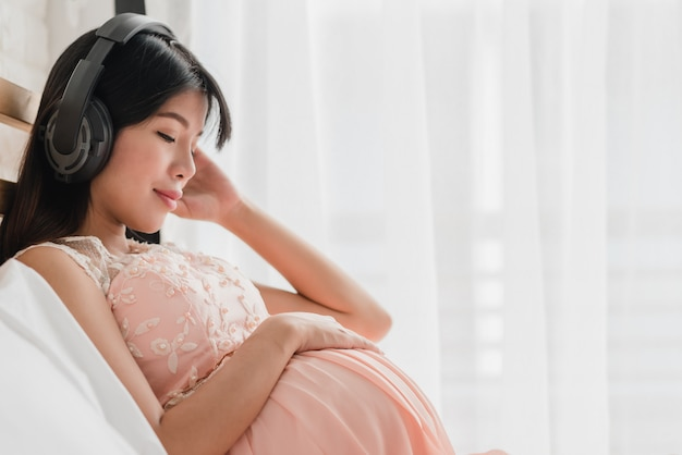 Mulher grávida, escutar música, de, fones